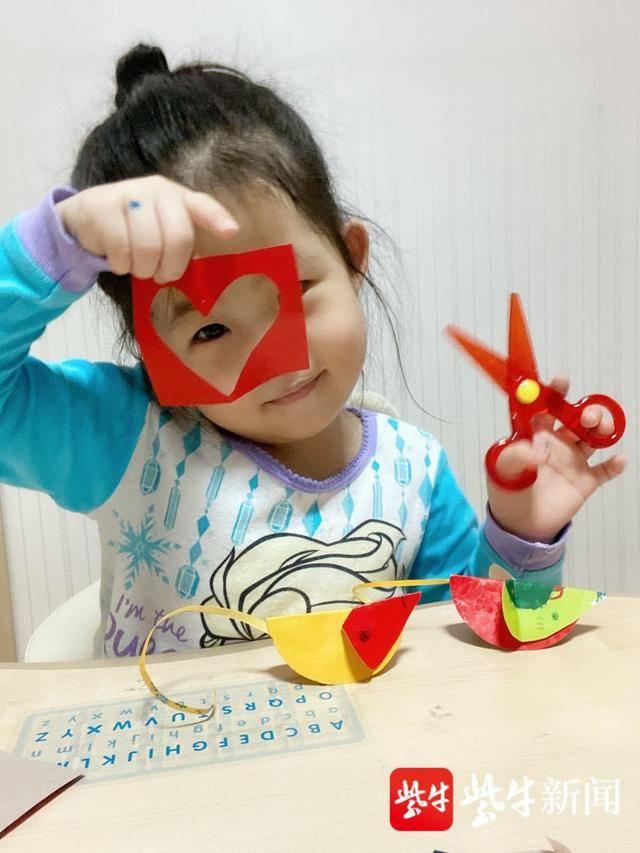 """扬子晚报网2月14日讯(记者 薄云峰)为了疫情防控,南京市各类学校和幼儿园仍在放假。南京小天鹅幼儿园为了让宝宝们健康成长,让他们宅在家里的生活变得更有趣更开心。 /strip/ignore-error/1imageslim""""/> 孩子们做的手工,多么具有创造性啊! 幼儿园通过微信公众号向家长们发布居家防控指南和亲子游戏的视频,让家长和孩子共同做好疫情防控,让孩子们的假期更加充实精彩。 /strip/ignore-error/1imageslim""""/> 心灵手巧的小宝宝。 记者看到,这些防控指南文"""
