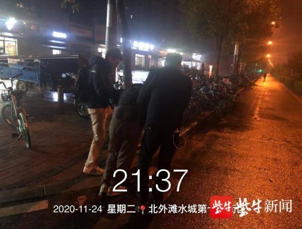 寒冷雨夜男子醉卧街头 执法队员及时救助