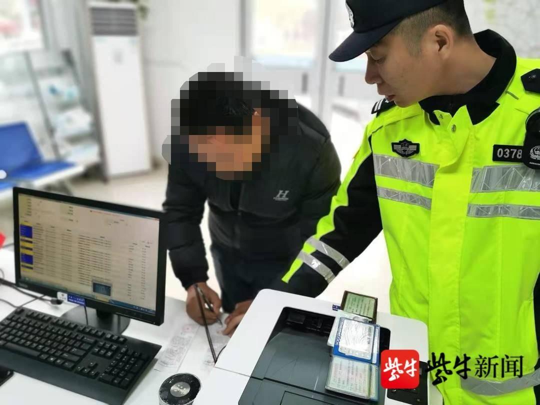 驾驶证被吊销  男子伪造证件开重卡上路