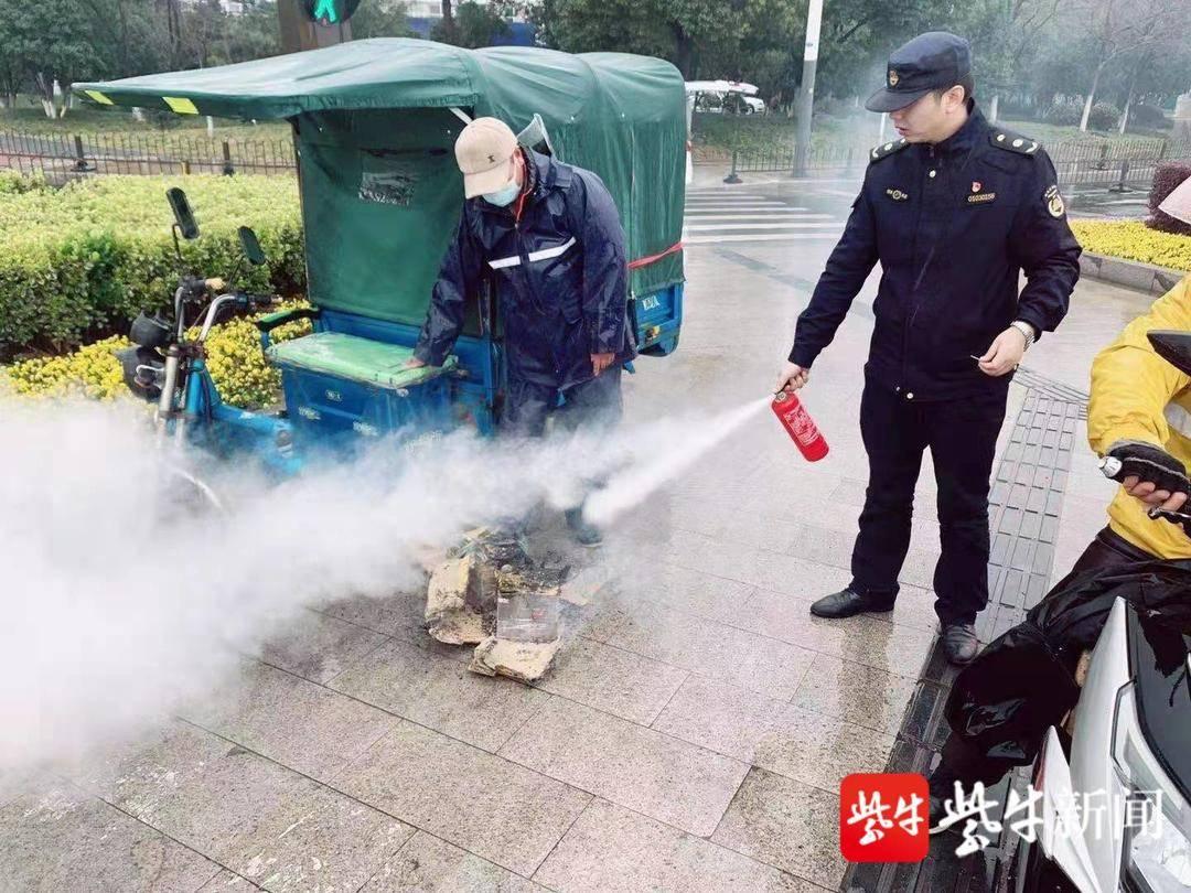 三轮车电瓶突然自燃 执法队员紧急协助快递小哥灭火